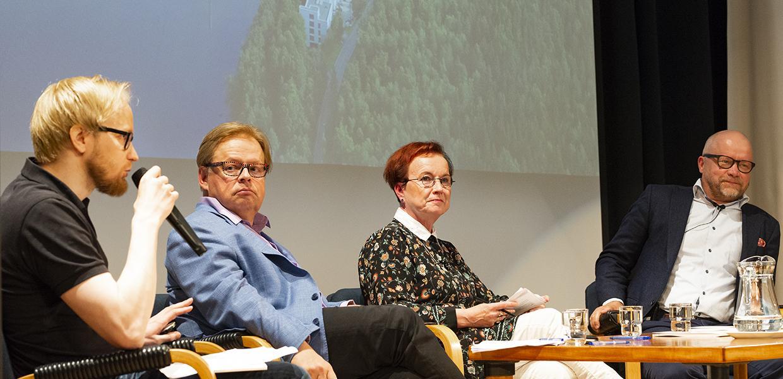 Pekka Vahvanen, Juhana Vartiainen, Seija Ilmakunnas ja Aki Kangasharju Jyväskylän kesän seminaarissa