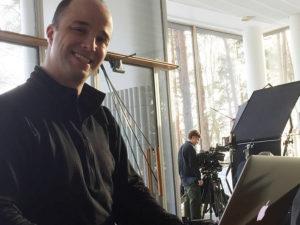Adam Burwell tuottaa Jyväskylässä kuvatut lumilautailuvideot.