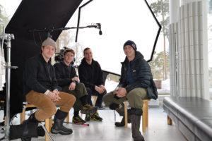Nathan Evans vas., Jeremy Cox, David Ehrenreich ja Craig McMorris tekivät hyppypäivien jälkeen haastattelujen kuvaukset yliopiston päärakennuksella.