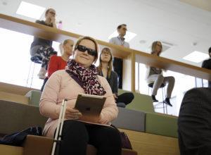 Sanna Nuutinen opiskelee Jyväskylän yliopiston avoimessa yliopistossa perheopintoja. Opintojen saavutettavuus on ehdoton edellytys aistivammaisen henkilön opiskelun onnistumiselle.