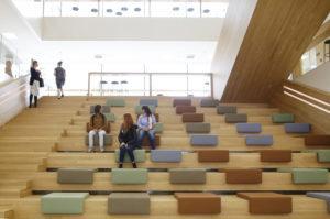 Opiskelijoita istumassa Ruusupuiston portaikossa.