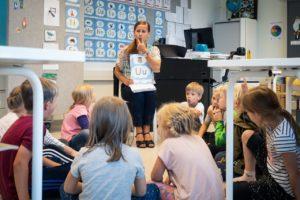 Luokanopettaja opettaa ekaluokkalaisia Norssin peruskoulussa.